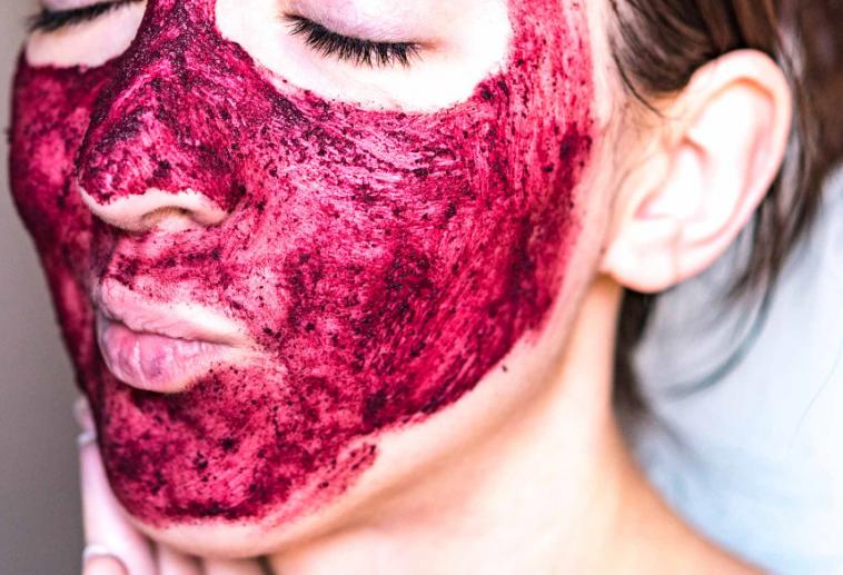 ماسك الكركديه لتنظيف البشرة وتجديد خلاياها