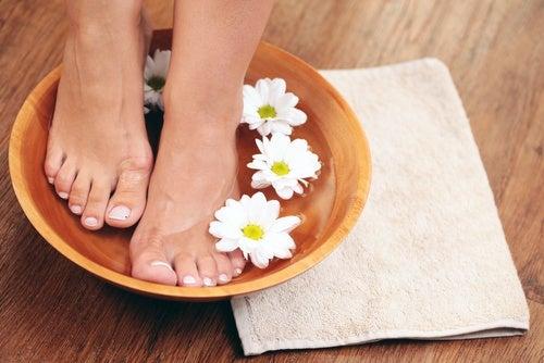 كيفية التخلص من رائحة القدم بمكونات منزلية بسيطة
