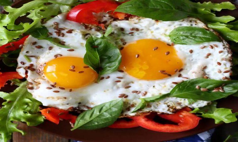قدمي بيض بالأعشاب والريحان لفطور صحي