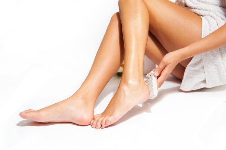 وصفة السكر البني لتقشير الجسم والتخلص من الجلد الميت